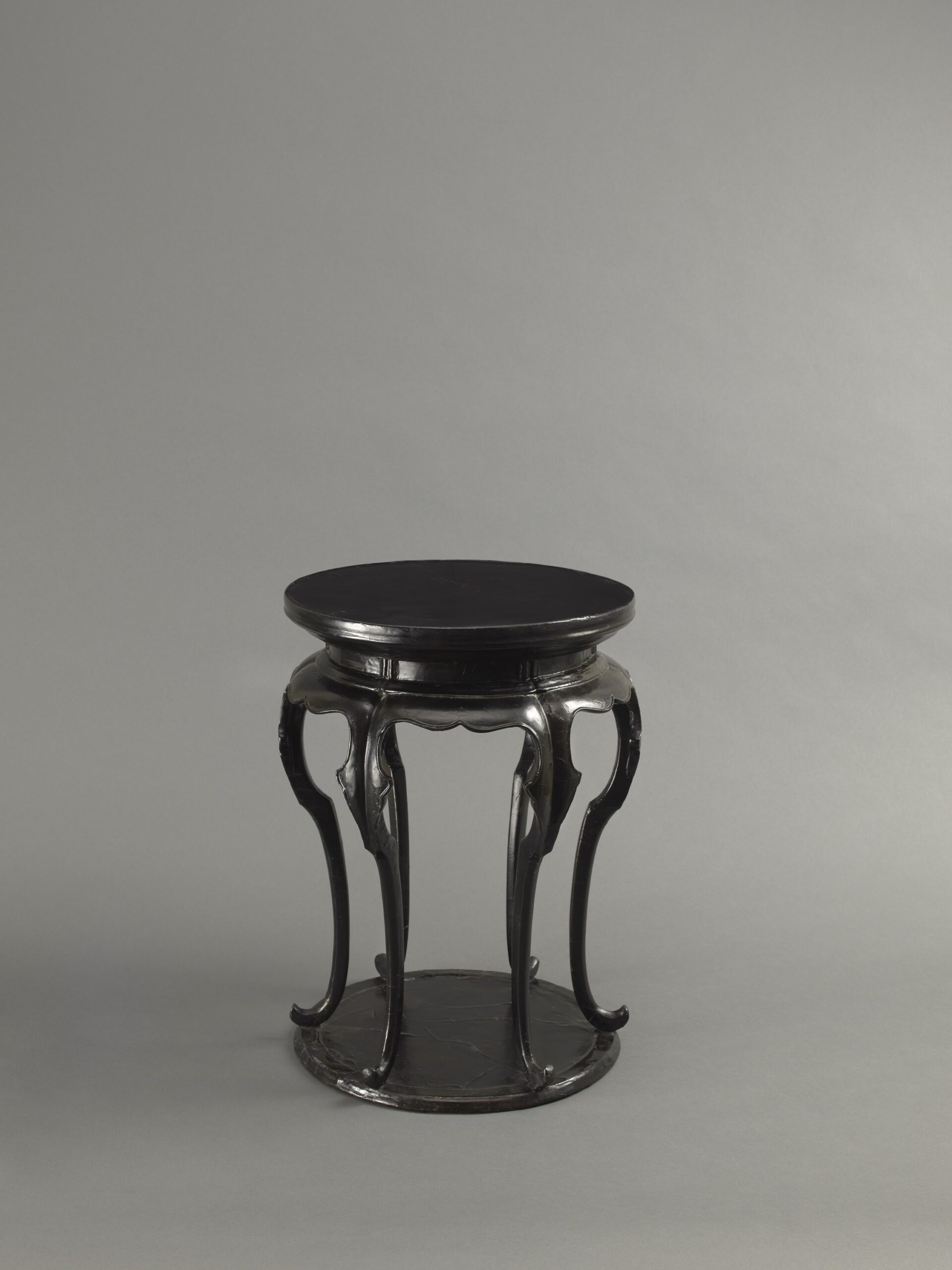 A BLACK LACQUERED WOOD SIX-LEGGED INCENSE STAND, XIANGJI Southern Song dynasty (1127-1279) or early Yuan dynasty (1279-1368) Height: 39 cm, 15 ⅜ inches 南宋至元早期 黑漆高束腰六足圓香几 高39釐米