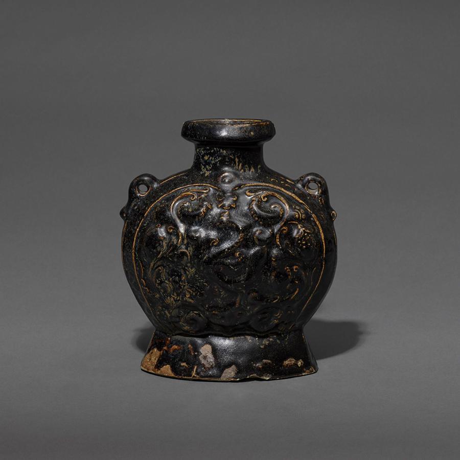 PRIESTLEY & FERRARO A BLACK-GLAZED STONEWARE PHOENIX-PATTERN PILGRIM FLASK Sui dynasty (581-618) or early Tang dynasty (618-906) Height: 23.2 cm, 9 ⅛ inches