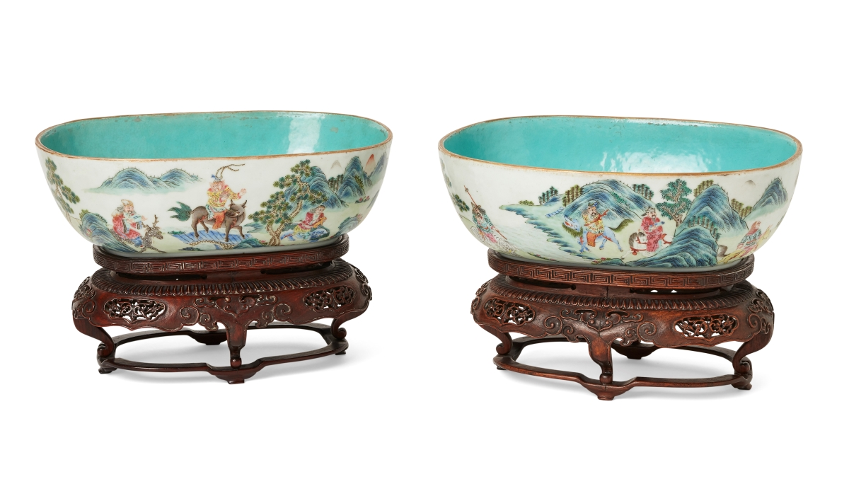 A pair of Chinese porcelain famille rose oval bowls, Jiaqing period (1796-1820)
