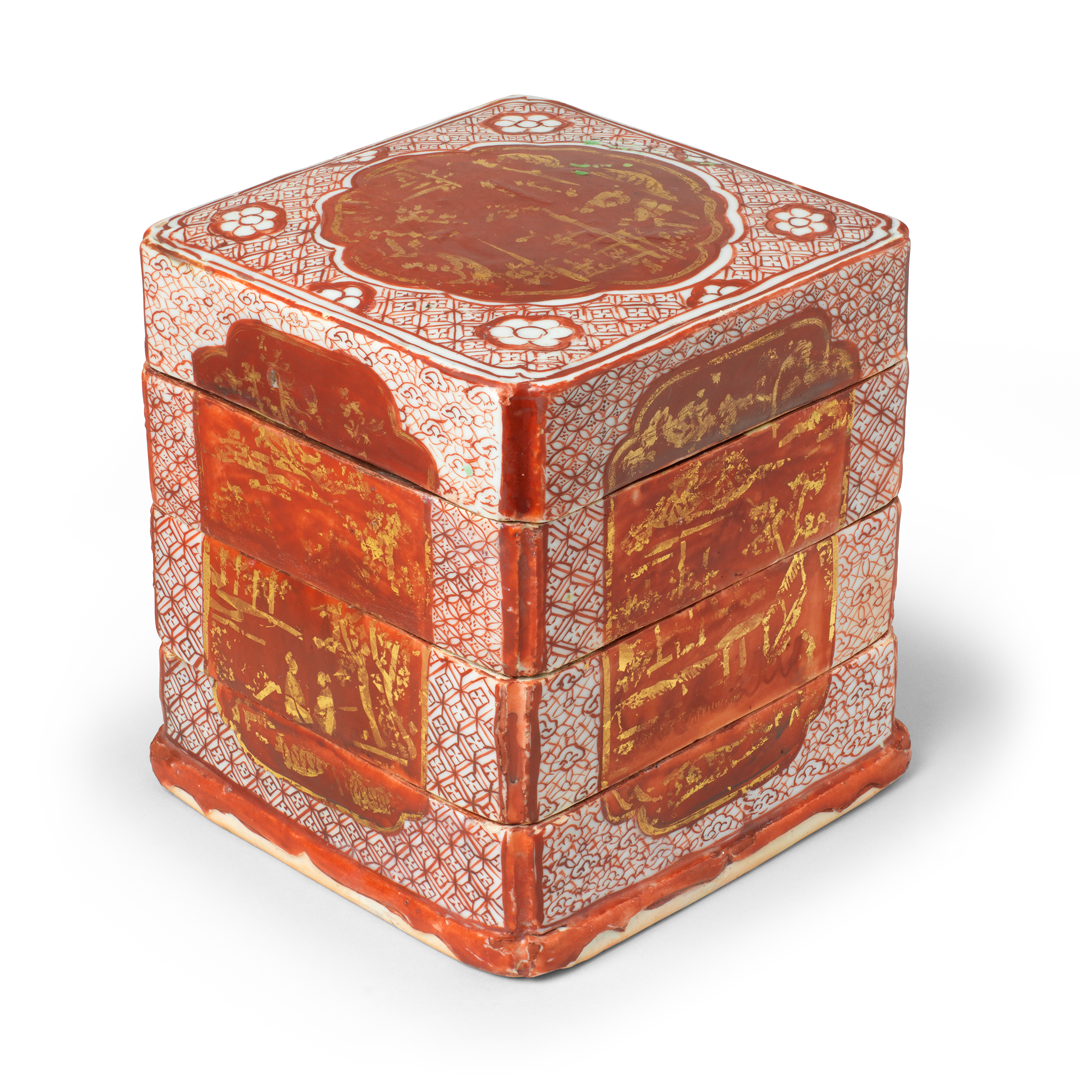 JORGE WELSH WORKS OF ART Tiered Box Porcelain decorated in overglaze iron red and gold China – Ming dynasty (1368-1644), 16th century H. 15 cm W. 13.5 cm