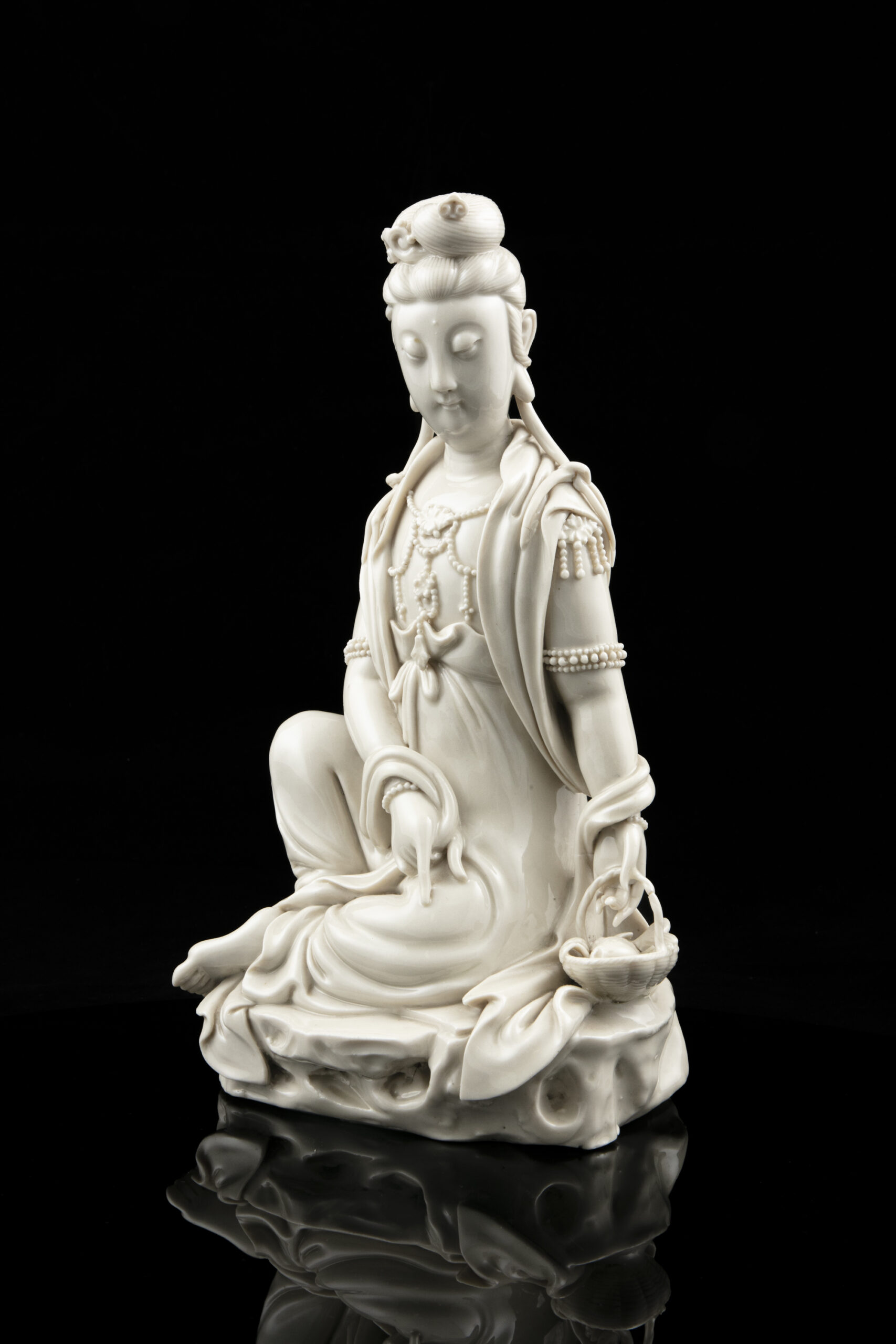 A DEHUA SEATED GUANYIN, CHINA, QING DYNASTY, 18TH TO 19TH CENTURY